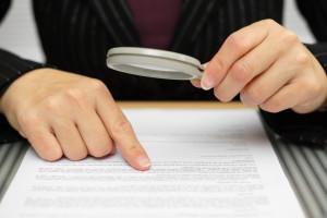Dem Antrag auf Mietminderung sollte immer eine genaue Prüfung des Mietvertrags vorausgehen.